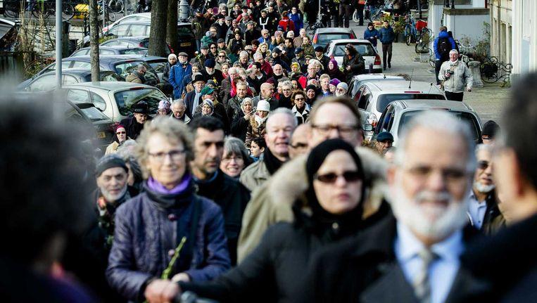 Joden en moslims lopen van de synagoge bij het Jonas Daniël Meijerplein naar de moskee El Kabir op de Weesperzijde tijdens een zogenaamde solidariteitswandeling. Beeld anp