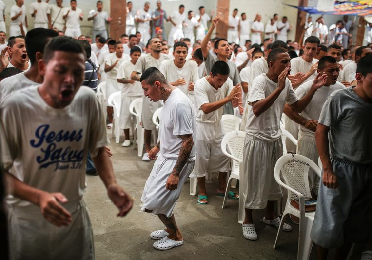 In de Francisco de Gotera-gevangenis nemen ex-leden van de bende Barrio 18 deel aan een dienst in de gevangeniskerk. Beeld Gabriel Eisenmeier