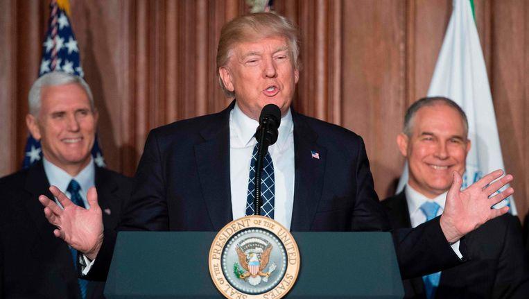 President Donald Trump (midden) spreekt op het hoofdkantoor van de Environmental Protection Agency (EPA) in Washington, DC op 28 maart, met vice-president Mike Pence (links) and de baas van het EPA, Scott Pruitt (rechts). Beeld afp