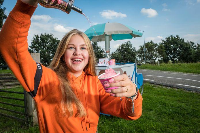 Jipke Hazenberg en haar moeder Anne-Marie bedachten samen het plan voor de ijsjeshandel.