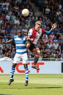 Leeroy Owusu gaat de lucht in voor een kopduel met Feyenoorder Jens Toornstra.