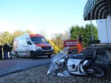Scooterrijder gewond bij botsing met busje van pakketbezorger