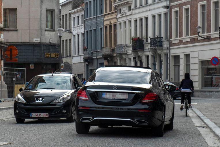 Een Mercedes vlamt door de straten van Borgerhout.