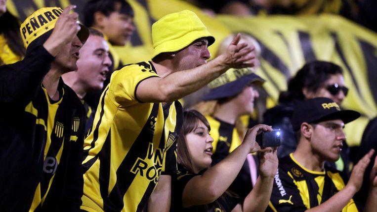 Supporters van Penarol moedigen hun team aan.