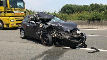 Bestuurder gewond na klap tegen truck