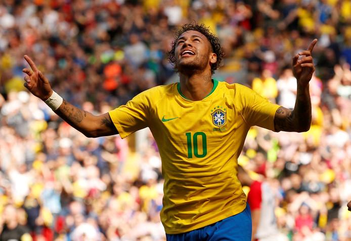 Neymar viert zijn goal tegen Kroatië.