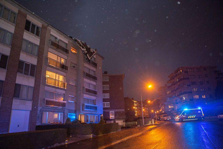 In de Dennenlaan kwam de dakbedekking van een appartementsgebouw los.