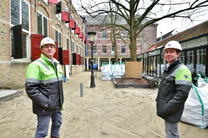 Het weeshuiscomplex in Gouda wordt verbouwd tot hotel. Rechts directievoorzitter Marco Peppel. Links Albert van Eijnsbergen, directeur Verbouw, Onderhoud en Renovatie (VOR).