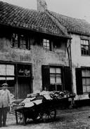 Begin jaren 20: Groentehandelaar Joh. Rijn met handkar, voor zijn pand aan de Breestraat, hoek Paternosterstraat.