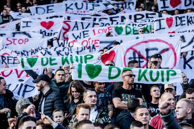 Supporters van Feyenoord betuigen hun steun aan de Kuip middels spandoeken.  Beeld ANP Pro Shots