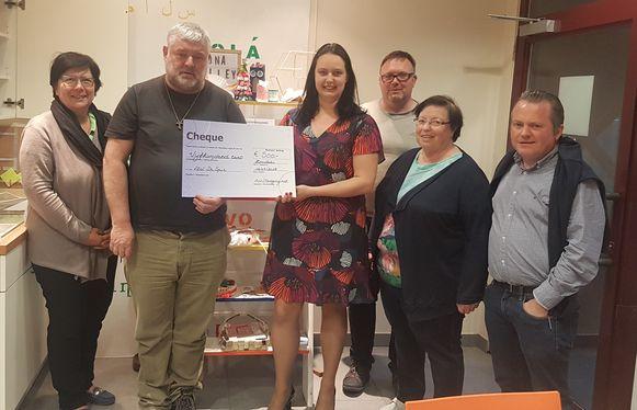 De leden van Beweging.net Harelbeke en ACV Harelbeke hebben de opbrengst van hun jaarlijkse 'Soep op de Stoep'-actie van vorig eindejaar overhandigd aan kansarmoedeorganisartie vzw De Spie.