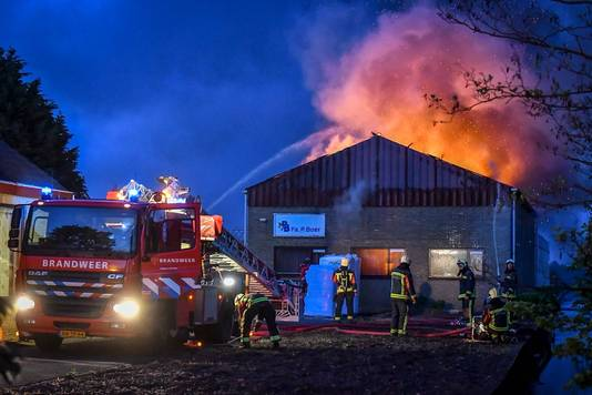 De vlammen slaan uit het dak