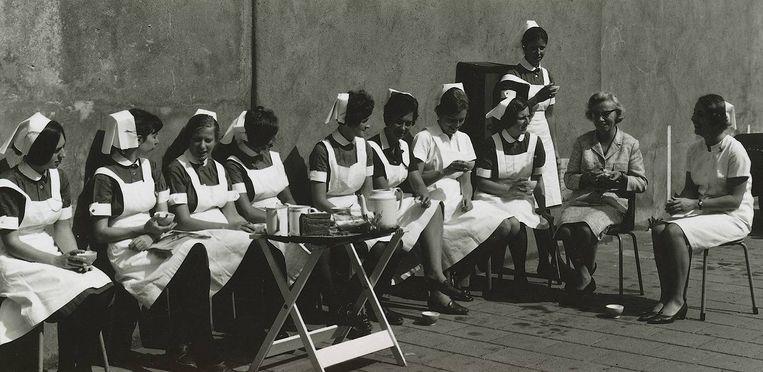 De zusters van het ziekenhuis aan de thee. Beeld Het Parool