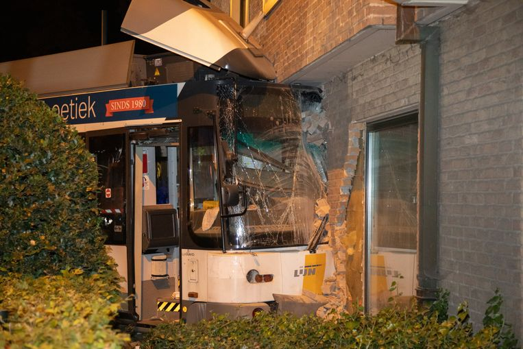 Dinsdagavond 27 augustus ontspoorde tram 4 en reed hij de gevel van de tandartsenpraktijk binnen.