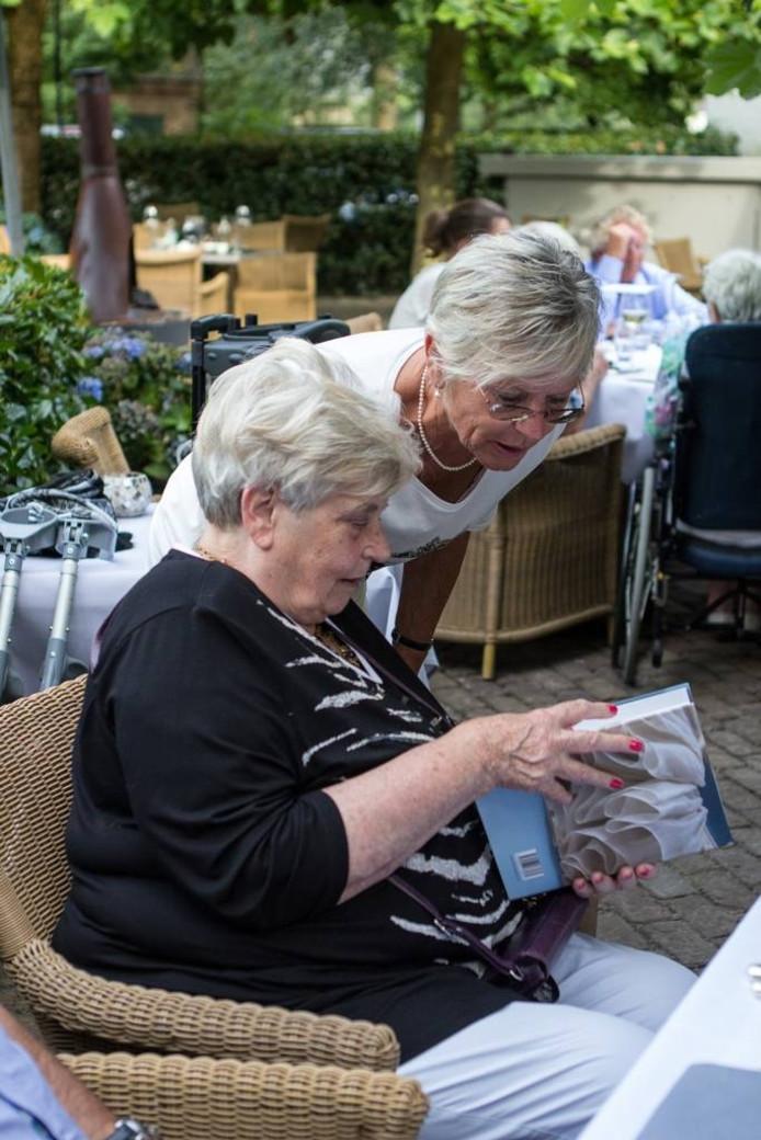 De zussen Emmy Koekkoek en Tillie van der Poel op het 50-jarige trouwjubileum van Jan en Emmy Koekkoek. foto wieke leenstra