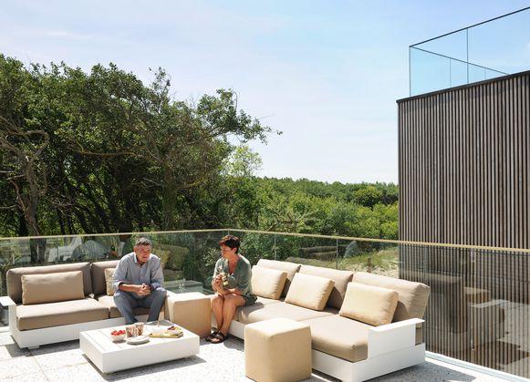 Vanop hun terras achteraan kijken Karen en Jan uit op het beschermde natuurgebied De Fonteintjes.
