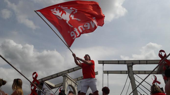 Zwaaien met de vlag, krijn Lock.
