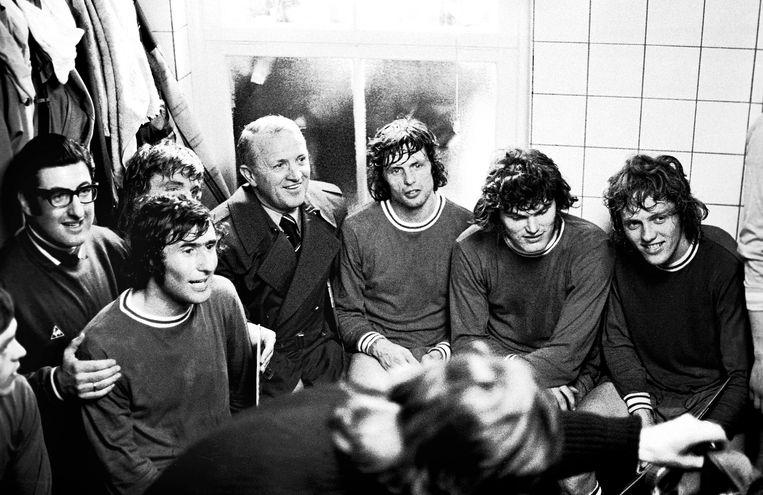 In de kleedkamer van Ajax, tijdens het seizoen 1971/1972: Salo Muller, Sjaak Swart, coach Stefan Kovacs, Wim Suurbier (midden) Barry Hulshoff en helemaal rechts Arie Haan.  Beeld  © Cor Mooij / Pics United / BSR Agency