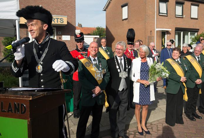 Zevenaars burgemeester Lucien van Riswijk (links vooraan, in schutterstenue) voert het woord tijdens de installatie van CdK John Berendsals beschermheer van de Gelderse Schuttersfederatie, zondag in Zevenaar.