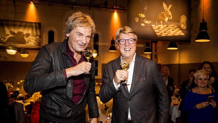Matthijs van Nieuwkerk en Robert Kranenborg tijdens de opening van het DWDD Pop-Up restaurant. Beeld anp