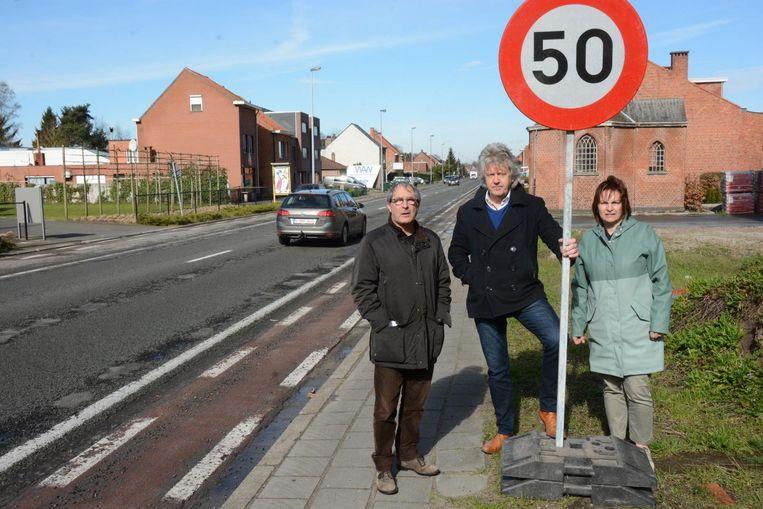 Herwin De Kind, burgemeester Chris Lippens en schepen van Mobiliteit Chantal Vergauwen.