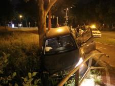 Politie vindt fles lachgas bij gecrashte auto op Kardinaal Alfrinkplein in Utrecht