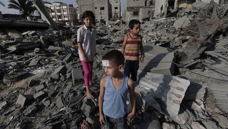 Palestijnse kinderen tussen het puin in Gaza stad.