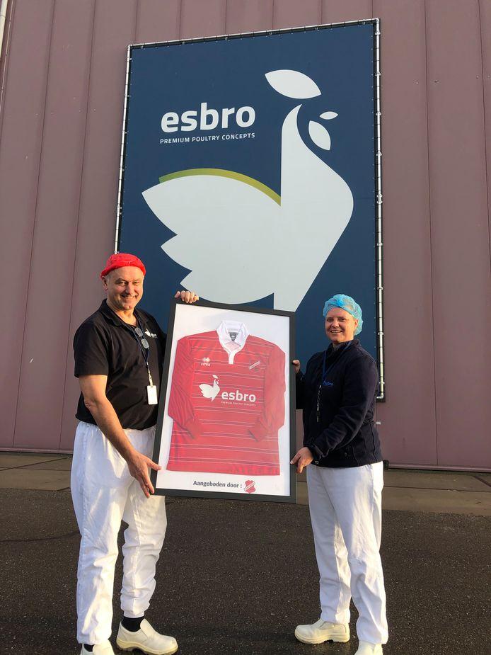 Jan Legters en Martine Vrieze met het voetbalshirt waarin de werknemers van de Esbro spelen voor Concordia Wehl.