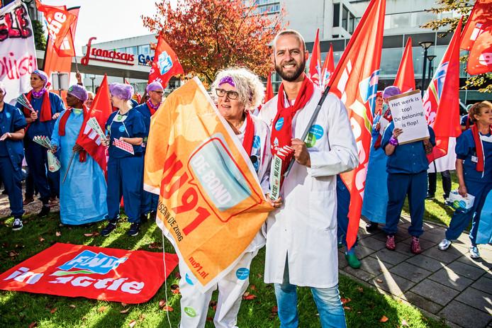 Dick Wille (rechts) bij een eerdere actie bij Franciscus Gasthuis: 'Nu draaien meer afdelingen zondagsdienst'.