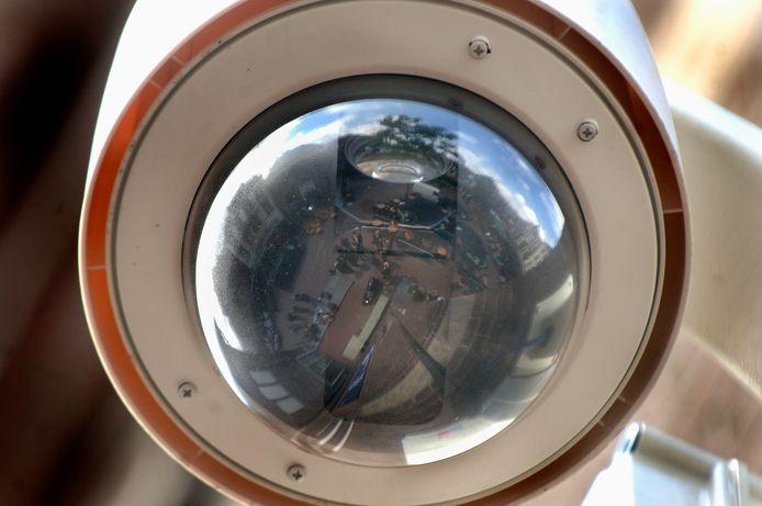 Vaste beveiligingscamera op de Korenmarkt in Arnhem. In de stad moet nu ook mobiel cameratoezicht mogelijk worden.