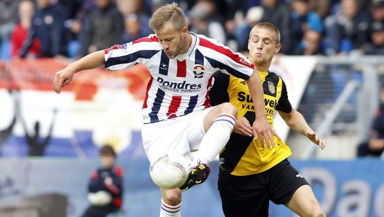 Andreas Lasnik (links) schermt de bal af voor NAC-speler Jens Janse. © PRO SHOTS Beeld