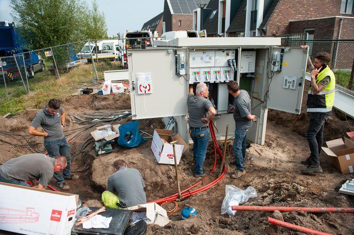 Werkneemers van Enexis aan de slag met het nieuwe transformatorhuisje aan de Waterspin.