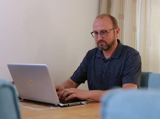 John Bosch op zijn thuiswerkplek in de huiskamer.