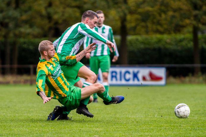 De derby tussen Grenswachters (geel-groen) en ODIO is in ere hersteld. Beide clubs spelen volgend seizoen niet in de Zeeuws-Vlaamse competitie en lijken zeker van een plek in zondag 4B. (archieffoto)