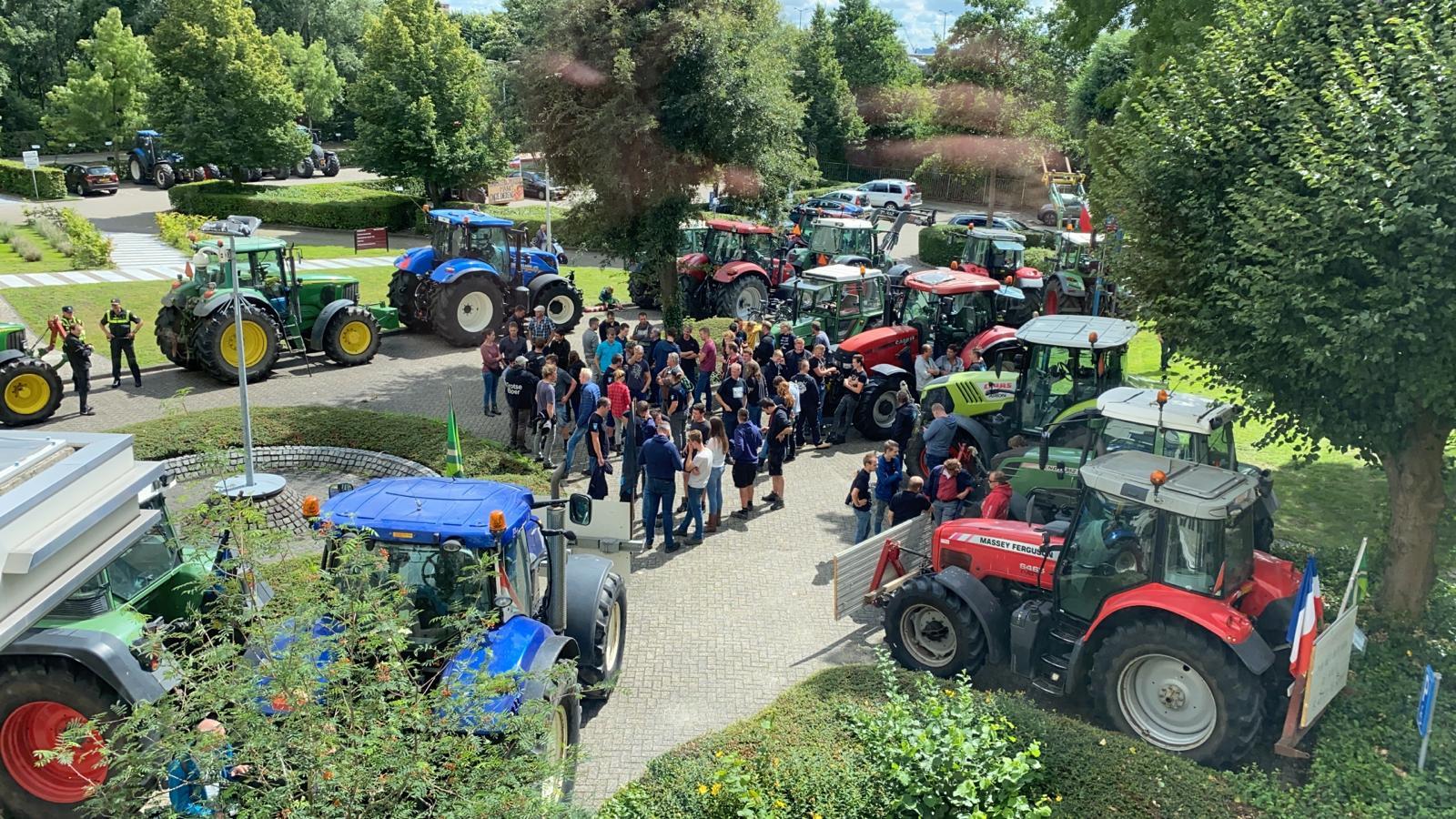Boeren voor het kantoor van de CBL in Leidschendam.