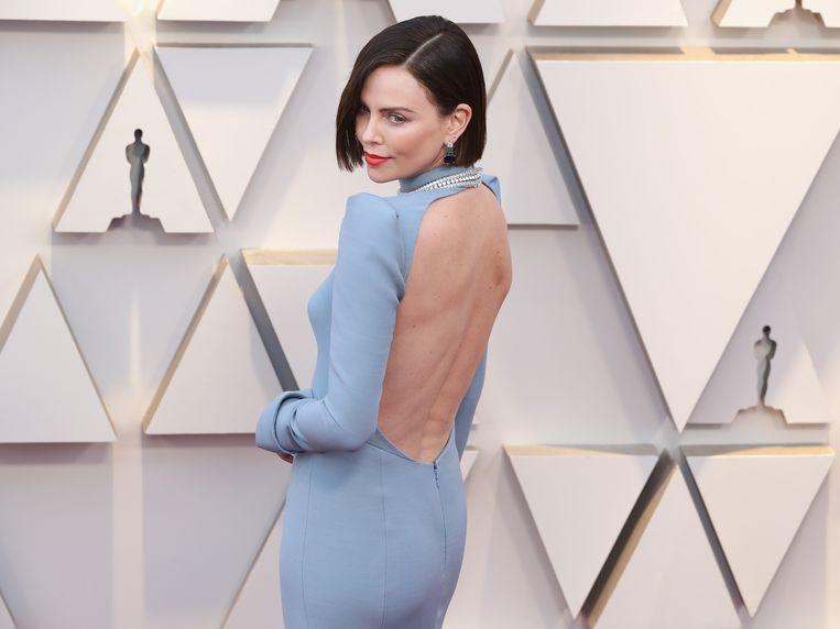 Charlize Theron verdeelt Twitter met haar Oscar-look van Dior dit jaar. Ze ruilde haar blonde lokken in voor een donker kapsel en trok een lichtblauwe jurk aan die haar volgens velen (inclusief ondergetekende) een vale tint geeft. De parels (van Bulgari) versterken de bommalook, maar puntjes voor de gedurfde rug!