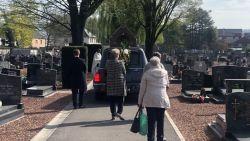 """Begrafenisondernemer verzorgt 43 uitvaarten op 14 dagen: """"Mensen hebben nood aan die knuffel maar wij moeten ze uit elkaar trekken"""""""