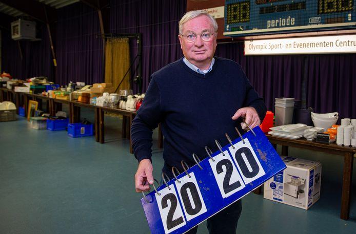 Lex Koot voor de tafels met de inventaris van Olympic.
