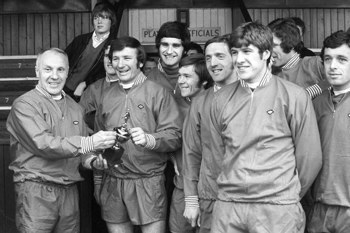 1971: Liverpool-aanvoerder Tommy Smith krijgt de Speler van het Jaar-trofee.