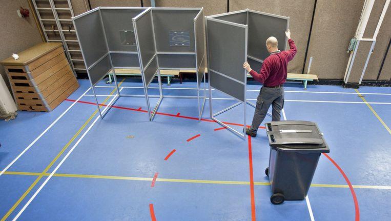 De gymzaal van basisschool Elout aan de Cornelis Krusemanstraat in Amsterdam wordt in februari vorig jaar ingericht als stemlokaal voor de Provinciale Statenverkiezingen. Beeld ANP
