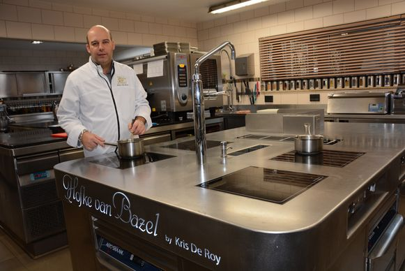 Chef Kris De Roy aan het fornuis in het Hofke van Bazel, hij staat nog steeds met twee vermeldingen in Gault&Millau.