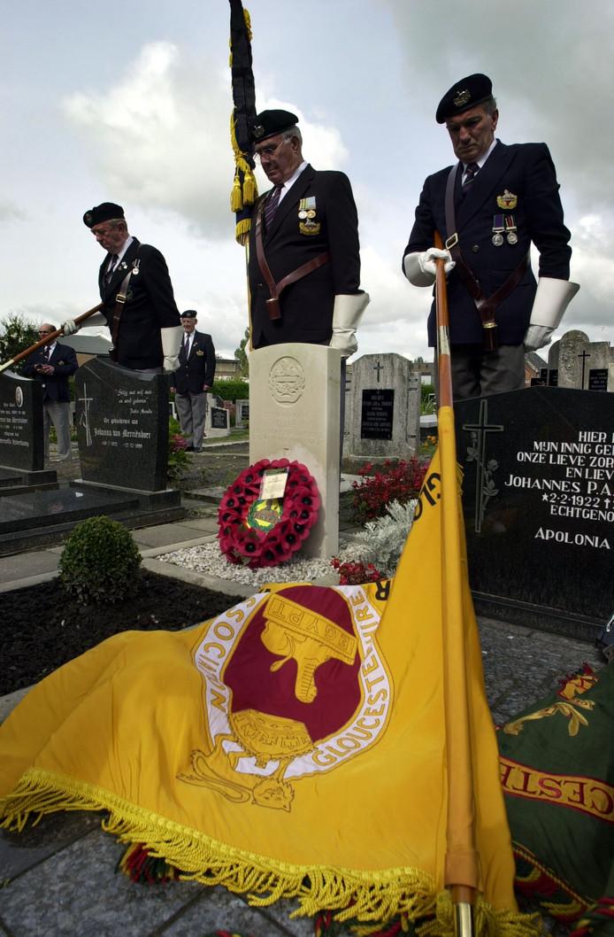 Het goed onderhouden graf van Dennis Lee wordt regelmatig bezocht door leden en veteranen van het Gloucestershire Regiment uit Engeland. Hij sneuvelde bij de bevrijding van Stampersgat.