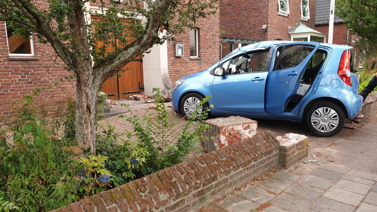 Schade aan auto en kerktuin na het ongeluk donderdagavond.