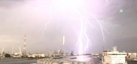 Un spectaculaire éclair sur le port d'Anvers