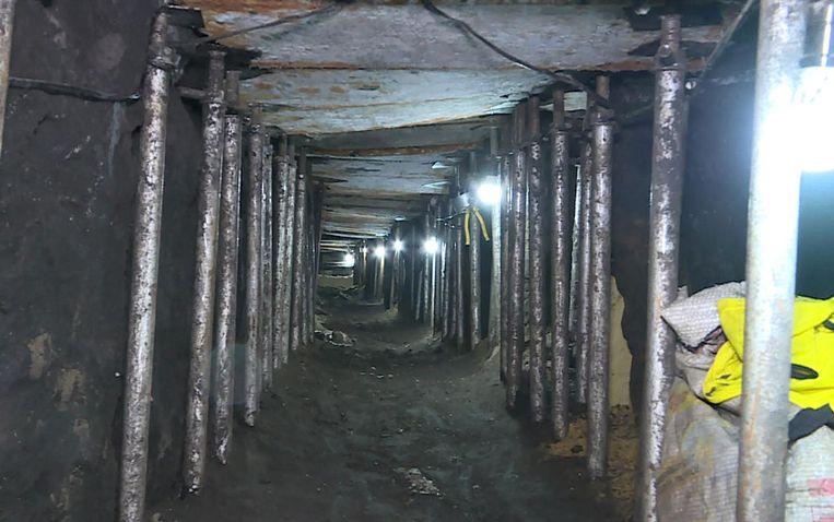 De tunnel, die 1 meter 50 hoog is en met stalen binten was gestut, werd gisteren blootgelegd.