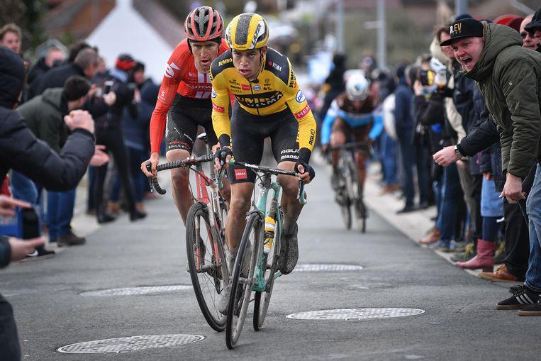 Van Aert met Benoot in het wiel tijdens de Omloop.