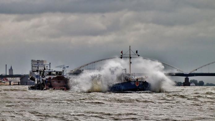 Ton Heintz uit Gorinchem trotseert de storm. Hij fotografeerde vandaag dit schip op de Merwede.