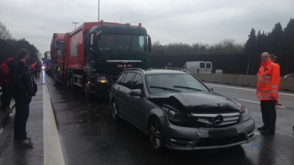 Kettingbotsing tussen vijf auto's en drie trucks op E313