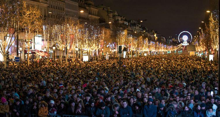Een grote menigte verzamelde zich in Parijs op de Champs Elysees.