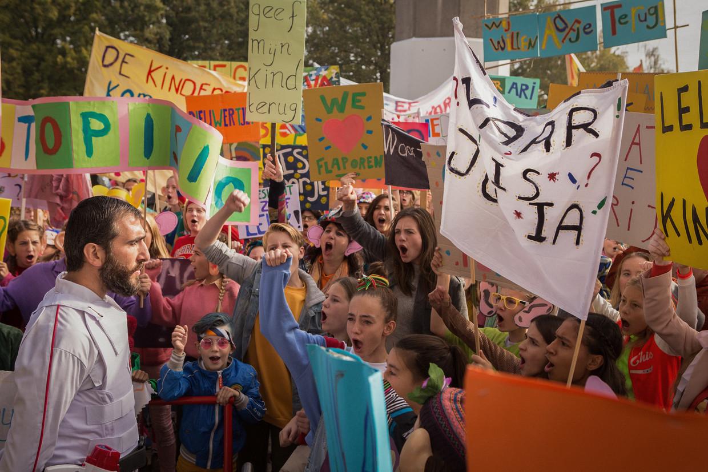 Protest tegen het afvoeren van lelijke kinderen.